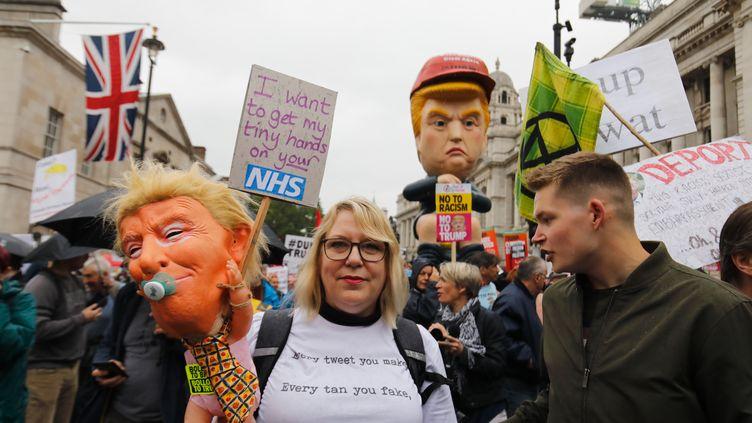 Des manifestants protestent contre la venue de Donald Trump au Royaume-Uni, le 4 juin 2019, à Londres. (TOLGA AKMEN / AFP)