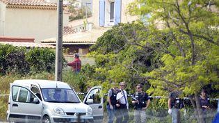 Des policiers enquêtent après la mort par balles de trois personnes à Istres (Bouches-du-Rhône), le 25 avril 2013. (GERARD JULIEN / AFP)