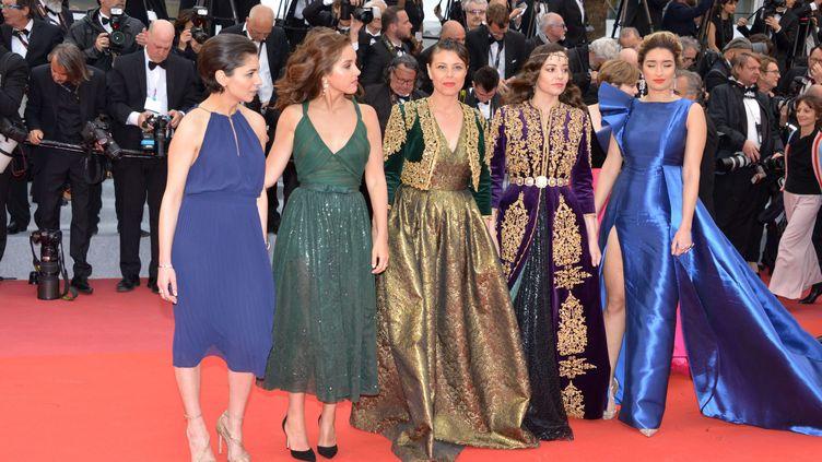 """L'équipe du film """"Papicha"""" sur les marches du Festival de Cannes, en mai 2019. (JACKY GODARD / JACKY GODARD / AFP)"""