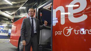 Le ministre de l'Economie, Emmanuel Macron vosite un autocar, le 31 juillet 2015, à la porte de Bagnolet, à Paris. (MIGUEL MEDINA / AFP)