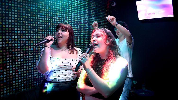 Deux femmes chantent auMusikam, un multiplex dédié au karaoké, près de Rennes. Photo d'illustration. (MARC OLLIVIER / MAXPPP)