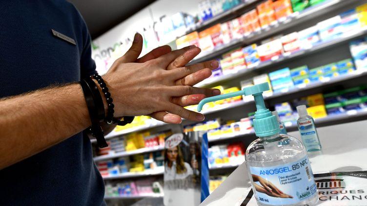 Du gel hydroalcoolique dans une pharmacie. (ST?PHANIE PARA / MAXPPP)