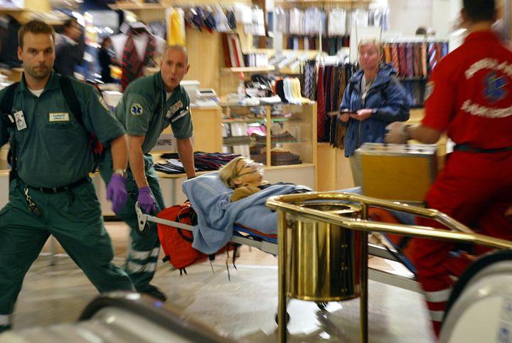 Des ambulanciers emmènent la ministre suédoise Anna Lindh, poignardée dans un grand magasin de Stockholm (Suède), le 10 septembre 2003. (STEFAN SODERSTROM / SCANPIX SWEDEN / AFP)