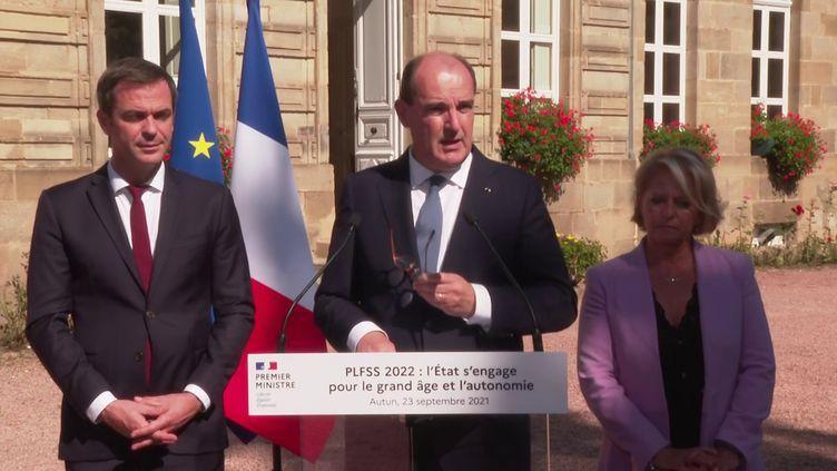 Le Premier ministre, Jean Castex, accompagnéd'Olivier Véran (à gauche), ministre de la Santé, et de Brigitte Bourguignon, ministre déléguée chargée de l'Autonomie, à Autun (Saône-et-Loire), le 23 septembre 2021. (FRANCEINFO)