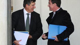 Le secrétaire général de l'Elysée, Jean-Pierre Jouyet, et le Premier ministre, Manuel Valls, à la sortie du conseil des ministres, le 12 novembre 2014. (DOMINIQUE FAGET / AFP)