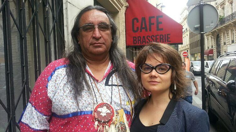 Juan Mancias, chef de la tribu Esto'k Gna au Texas et Lucie Pinson de l'ONG Les Amis de la Terre à Paris en mai 2017. (ANNE-LAURE BARRAL / FRANCEINFO)