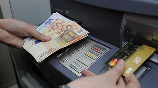Un distributeur de billets de banque à Orléans en 2010. (MAXPPP)