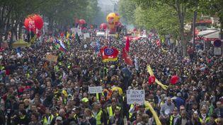 """Manifestation de syndicats et de """"gilets jaunes"""" à l'occasion de la fête du travail, le 1er mai 2019, à Paris. (JEREMIAS GONZALEZ / NURPHOTO / AFP)"""