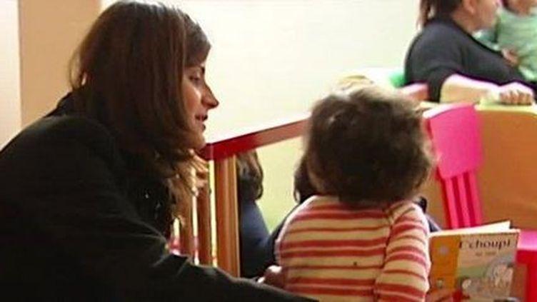 Une maman et son enfant dans une crèche. (CAPTURE D'ÉCRAN FRANCE 3)