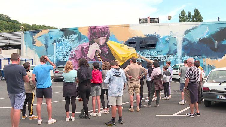 """Au programme du """"Street Art Tour"""" : cette création haute couleur qui n'est pas sans rappeler la météo de la région. (France 3 Auvergne)"""