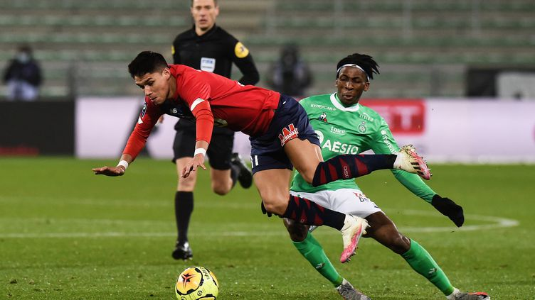 Yvan Neyou (Saint-Etienne) et Luiz Araujo (Lille) en plein duel. (OLIVIER CHASSIGNOLE / AFP)