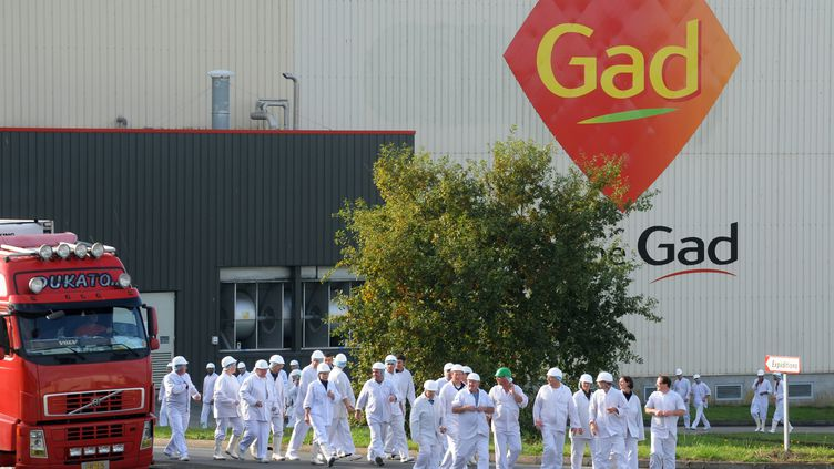 Des salariés de l'abattoir Gad SAS à Josselin (Morbihan), le 22 octobre 2013. (FRED TANNEAU / AFP)