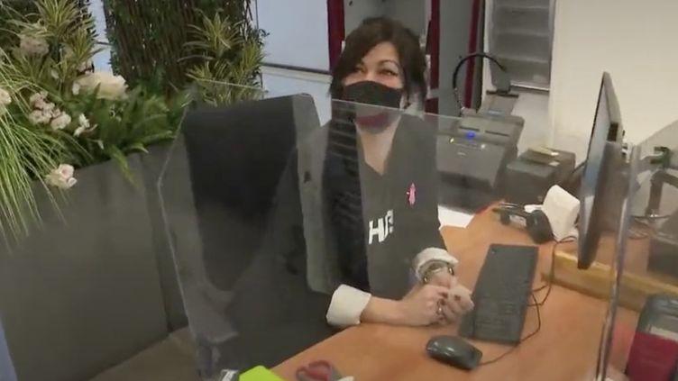 Face à l'épidémie de coronavirus en France, la mairie de Châtillon (Hauts-de-Seine) modifie son fonctionnement au quotidien pour ne prendre aucun risque, avec par exemple des vitres en plexiglas. (CAPTURE ECRAN FRANCE 2)