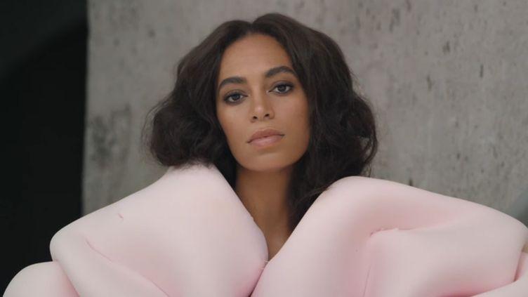 """Solange Knowles, la soeur de Beyoncé, s'est imposée en 2016 avec un très bel album, le militant """"A Seat At The Table"""".  (Saisie écran du clip """"Cranes in the sky"""")"""