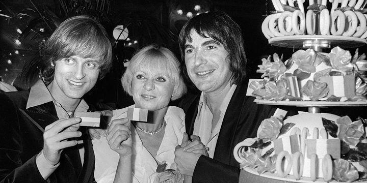 Dave et Serge Lama entourent Annie Cordy après la prestation de cette dernière à l'Olympia le 30 décembre 1975.  (AFP)