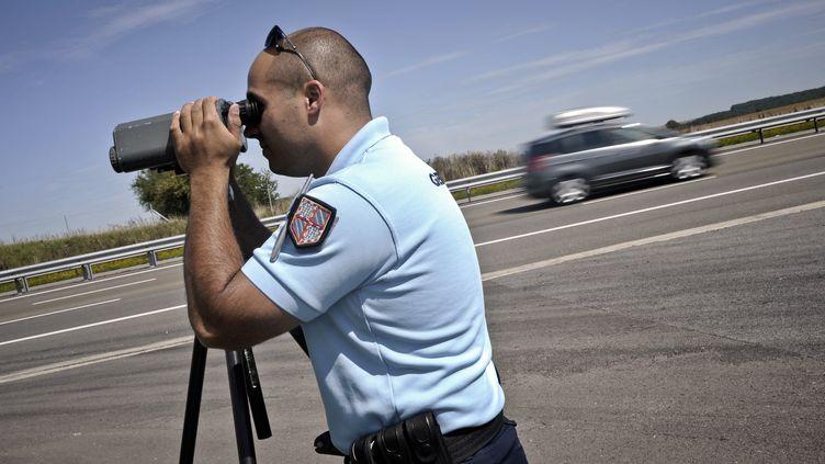 Un gendarme du peloton autoroutier de Dijon Crimolois effectue des contrôles radars sur l'autoroute A39, le 11 août 2011. (JEFF PACHOUD / AFP)