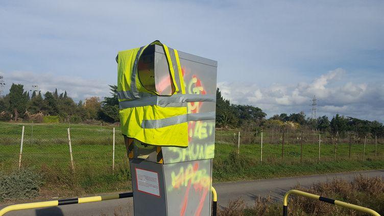 """Un radar vandalisé par des """"gilets jaunes"""" près de Perpignan (Pyrénées-Orientales), novembre 2018. (SÉBASTIEN BERRIOT / FRANCE-BLEU ROUSSILLON)"""