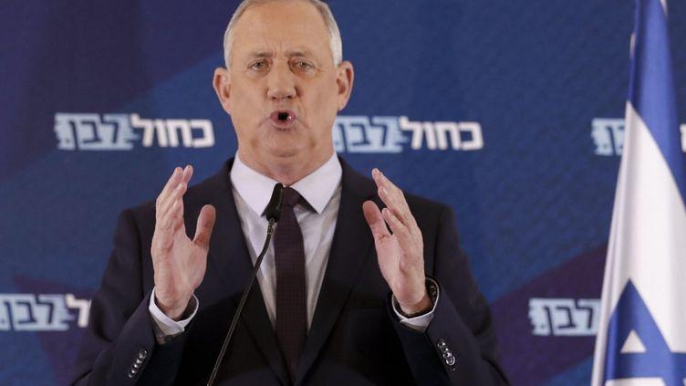"""Benny Gantz, numéro 1 du parti centriste israélien """"Bleu-Blanc"""", Lors d'une conférence de presse à Ramat Gan, en Israël, le 7 mars 2020. (AHMAD GHARABLI / AFP)"""