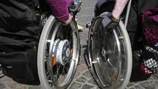 En plus de l'Allocation adulte handicapé, 210 000 personnes perçoivent un complément de ressources, indique l'Association des paralysés de France (APF). (ULRICH BAUMGARTEN / Getty Images)