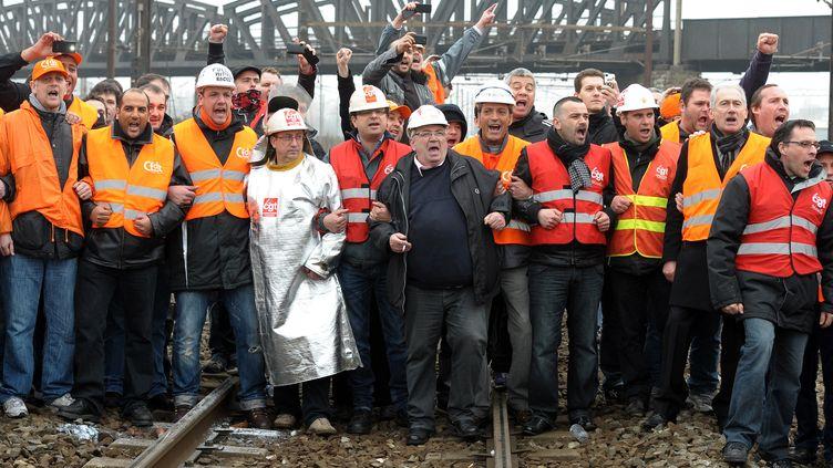 Des salariés d'ArcelorMittal Florange sur la ligne ferroviaire France-Luxembourg, àEbange (Moselle), vendredi 2 mars 2012 (PATRICK HERTZOG / AFP)