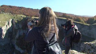 Les influenceurs capturent le paysage du Vécor afin de promouvoir le paysage drômois. (France 3 Alpes)