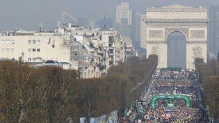La 39e édition du marathon de Paris sur les Champs-Élysées, en avril 2015 (archive). (THOMAS SAMSON / AFP)