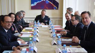 François Hollande et le Premier ministrebritannique, David Cameron, lorsd'un sommet bilatéral, le3 mars 2016, à la préfecture d'Amiens (Somme). (STEPHANE DE SAKUTIN / AFP)