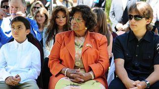 Katherine Jackson entourée de ses petits-enfants Blanket et Prince, en août 2011  (ROBYN BECK / AFP)