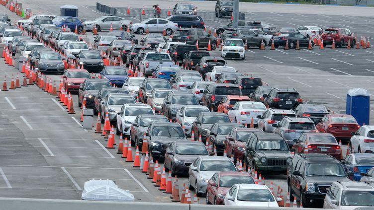 Les habitants patientent dans leurs voitures poureffectuer des tests de dépistage du coronavirusau Hard Rock Stadium de Miami, en Floride, le 2 juillet 2020. (GARY I ROTHSTEIN / MAXPPP)