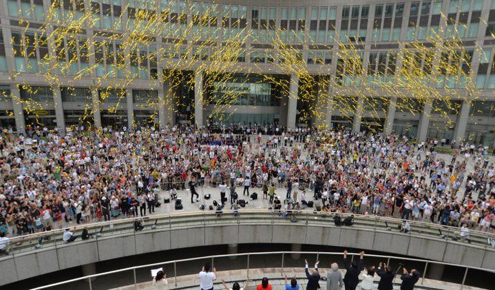 Des Japonais rassemblés à Tokyo (Japon) fêtent l'attribution des Jeux olympiques 2020 à la capitale japonaise, le 8 septembre 2013. (KAZUHIRO NOGI / AFP)