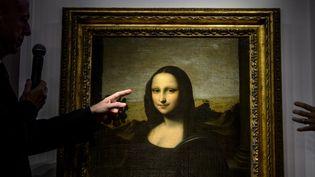 """Alessandro Vezzosi, directeur du musée Leonard de Vinci, présente une version dîte """"antérieure"""" de la """"Joconde"""", laquelle aurait également été peinte par Léonard de Vinci, à Genève (Suisse), le 27 septembre 2012. (FABRICE COFFRINI / AFP)"""