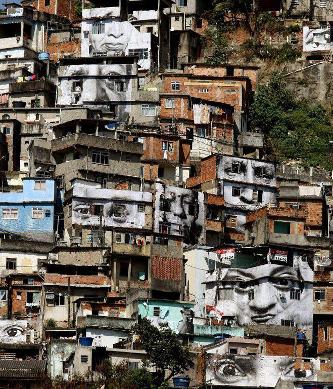 JR : installation à la favela du Morro da Providencia, à Rio, en 2008  (VANDERLEI ALMEIDA / AFP)