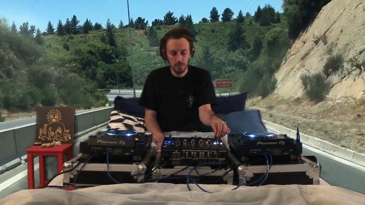 Le producteur et musicien rémois Yuksek chez lui en confinement en plein mix durant le Maison Tsugi Festival, mardi 7 avril 2020. (SAISIE ECRAN FACEBOOK MAISON TSUGI FESTIVAL)