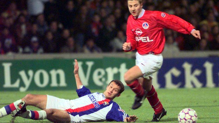 Ghislain Anselmini, alors défenseur de l'Olympique lyonnais, lors d'un match face au PSG, le 31 octobre 1997, à Lyon (Rhône). (REUTERS)