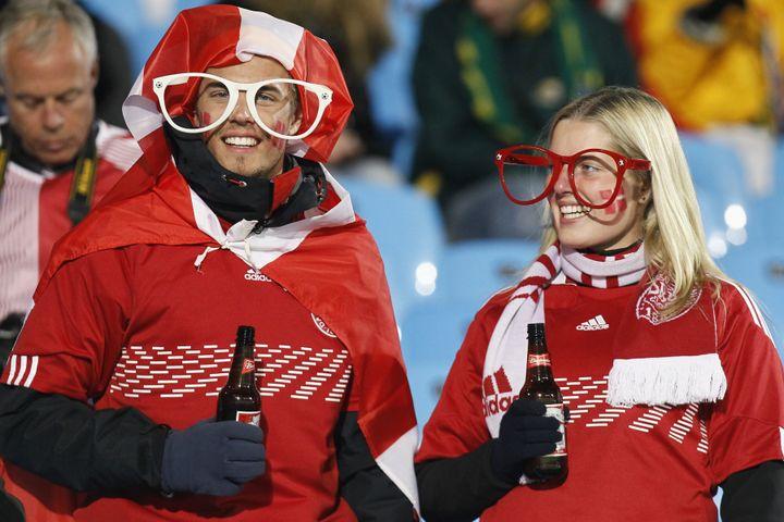 Les supporters danois, doudoune et bière en main, lors d'un match du Mondial 2010 en Afrique du Sud. (THOMAS COEX / AFP)