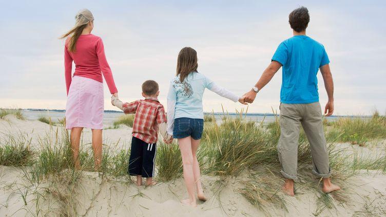 L'impôt des couples mariés avec un enfant à charge qui gagnent plus de 5 850 euros par mois augmentera à partir de 2014, selon la réforme annoncée le 3 juin 2013. (SIMON POTTER / CULTURA CREATIVE / AFP)