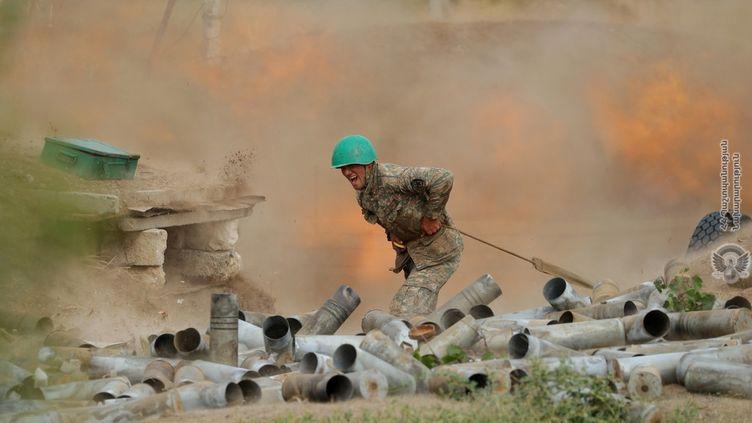 Un soldat arménien combat les forces azéries, dans le Haut-Karabakh, le 29 septembre 2020. (HANDOUT / REUTERS)