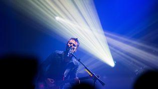 Matthew Bellamy, leadeur du groupe de rock Muse, lors d'un concert à Cologne (Allemagne), le 30 juin 2015. (ROLF VENNENBERND / DPA / AFP)