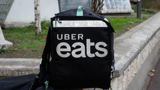 Le sac d'un livreur Uber Eats à Paris, le 18 novembre 2020. (RICCARDO MILANI / HANS LUCAS / AFP)