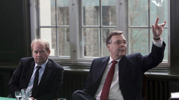 L'ancien Premier ministre Geir Haarde(à droite) et son avocatà la Cour spéciale islandaise, le 23 avril 2012. (THORVALDUR ORN KRISTMUNDSSON / AFP)