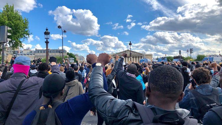 Lors de la manifestation place de la Concorde à Parisen hommage à George Floydetcontre le racisme et les violences policières, le 6 juin 2020. (MATTHIEU MONDOLONI / FRANCEINFO)