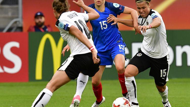 Elise Bussaglia à la peine face aux joueuses autrichiennes, samedi 22 juillet 2017 à Utrecht, dans le deuxième match du groupe C de l'Euro de football féminin. (TOBIAS SCHWARZ / AFP)