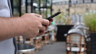 S'aider de son smartphone pour trouver un bon restaurant ou un bar sympathique. (JEAN-CHRISTOPHE BOURDILLAT / RADIO FRANCE)