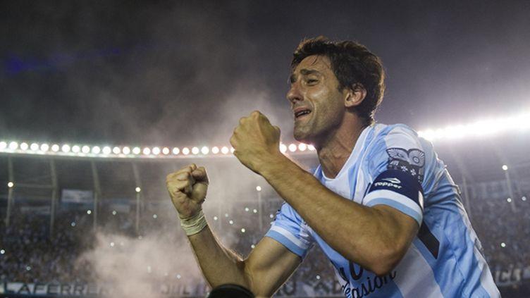Diego Milito en larmes après son titre de champion avec le Racing (ALEJANDRO PAGNI / AFP)