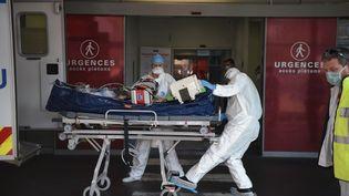 Un patient malade du Covid-19 est conduit à l'hôpital, le 6 novembre 2020, à Strasbourg (Bas-Rhin). (PATRICK HERTZOG / AFP)