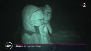 Une famille de migrants rejoint la France depuis l'Italie par les Alpes, dans un reportage de France 2 diffusé le 3 février 2021. (FRANCE 2)