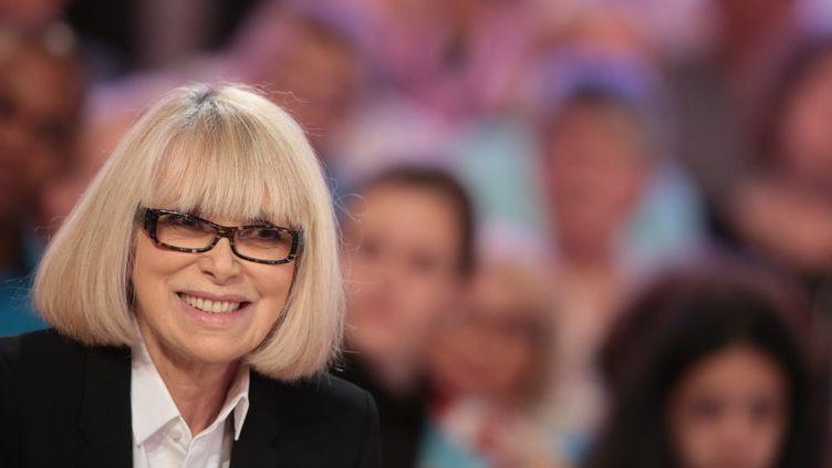Mireille Darc sur le plateau de l'émission Vivement Dimanche (France 2), le 9 mai 2015