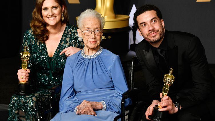 """Katherine Johnson en compagnie de la productrice Caroline Waterlow et du réalisateur Ezra Edelman après l'Oscar du prix du meilleur documentaire pour """"O. J. : Made in America"""" , le 26 février 2017 à Hollywood (Etats-Unis). (FRAZER HARRISON / GETTY IMAGES NORTH AMERICA / AFP)"""
