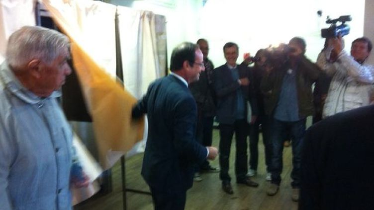 François Hollande votait dimanchematin à Tulle. (Photo provenant du compte Twitter FH2012)