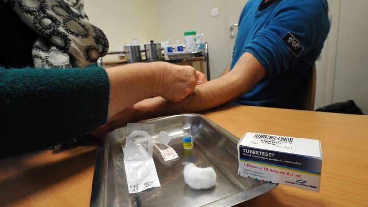 Un test cutané anti-tuberculose effectué par un professionnel. (PHILIPPE PAUCHET / RADIO FRANCE)